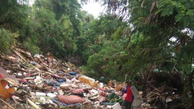 Sampah di Kali jambe, Bekasi, Kamis, 16 Januari 2020.