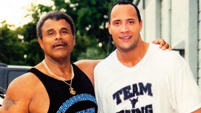 Dwayne Johnson (kanan) dan Rocky Johnson (kiri)