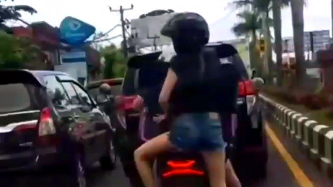 Wisatawan asing kerepotan bawa koper naik motor