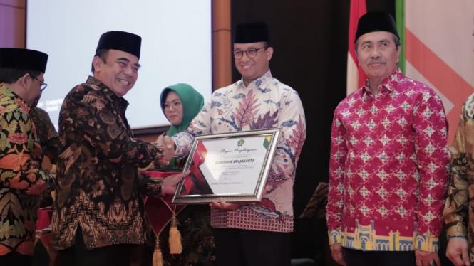 Menag Fachrul Razi berikan penghargaan untuk Gubernur DKI Anies Baswedan
