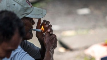 https://thumb.viva.co.id/media/frontend/thumbs3/2020/01/17/5e21b05d7cfc0-rokok-kenikmatan-terakhir-rakyat-yang-hendak-di-ambil-orang-kaya_375_211.jpg
