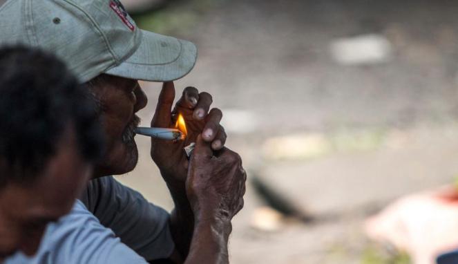 https://thumb.viva.co.id/media/frontend/thumbs3/2020/01/17/5e21b05d7cfc0-rokok-kenikmatan-terakhir-rakyat-yang-hendak-di-ambil-orang-kaya_663_382.jpg