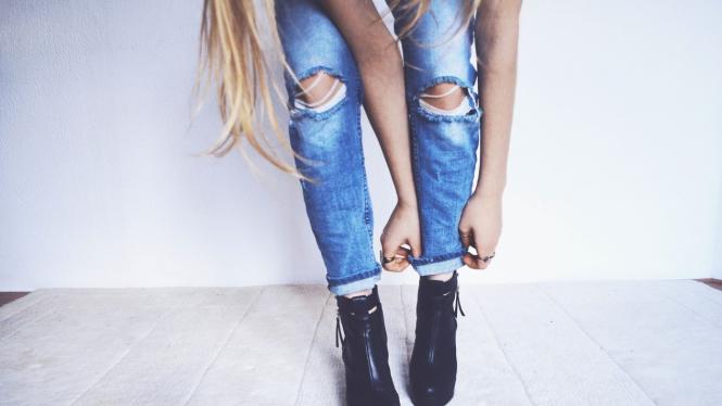 6 Jenis Celana Jeans Wanita yang Cocok Digunakan Ketika Musim Hujan