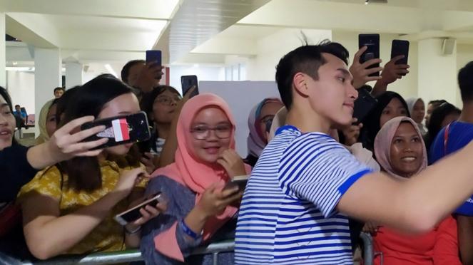 Jonatan Christie bersama penggemarnya usai tampil di Indonesia Masters 2020