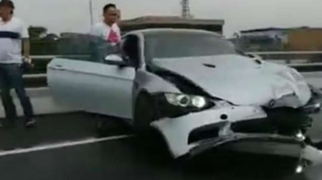 Kecelakaan Rombongan Mobil BMW di Tol Dalam Kota.