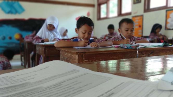 Ilustrasi siswa belajar