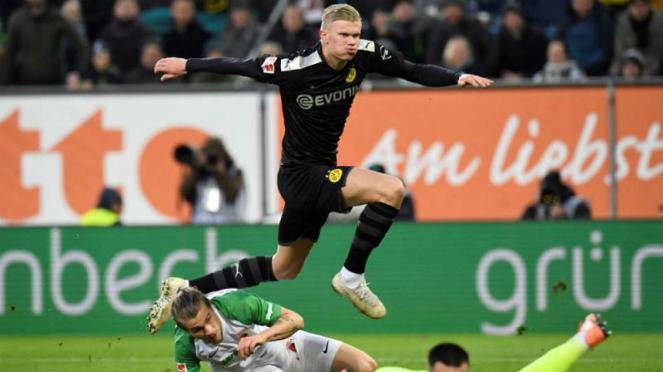 Aksi striker Borussia Dortmund, Erling Braut Haaland, saat jebol gawang Augsburg