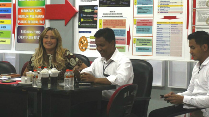 Artis Pinkan Mambo diperiksa kasus MeMiles di Markas Polda Jatim, Senin, (20/1)