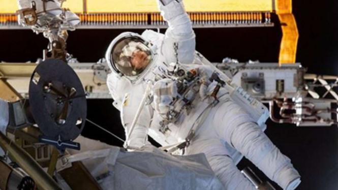 Astronot di luar angkasa.
