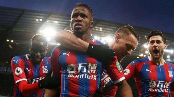 Para pemain Crystal Palace merayakan gol Wilfried Zaha ke gawang Manchester City