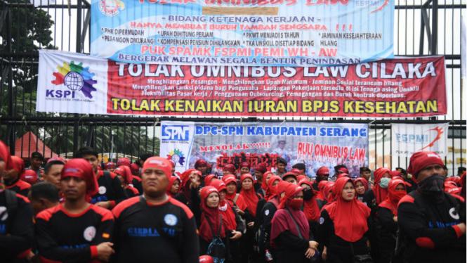 Ratusan buruh menggelar aksi unjuk rasa menentang omnibus law di DPR