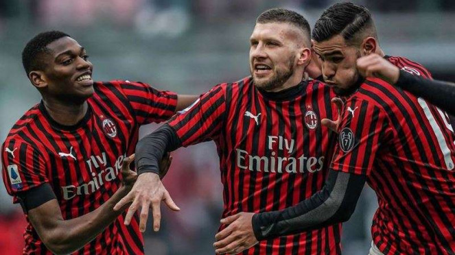 Gelandang AC Milan, Ante Rebic, (tengah), melakukan selebrasi