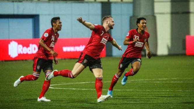 Bintang Bali United, Melvin Platje (tengah), melakukan selebrasi