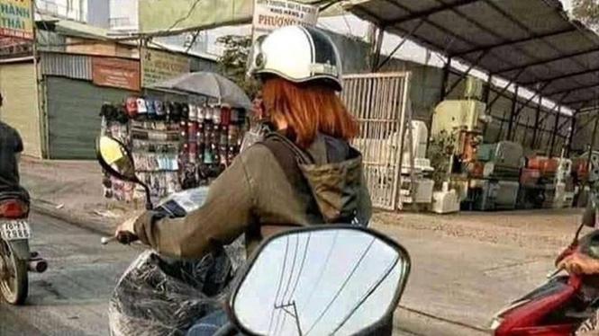 Pengendara motor wanita.