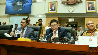 Wakil Ketua Komisi I DPR RI Teuku Riefky Harsya (kiri)