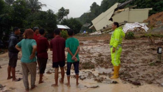 Longsor bikin jalan lintas Sumatera putus total.