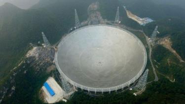https://thumb.viva.co.id/media/frontend/thumbs3/2020/01/21/5e26866f0f8ec-mata-langit-teleskop-fast-terletak-di-pegunungan-china-bagian-selatan_375_211.jpg