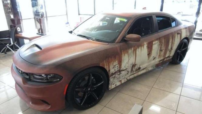 Mobil Dodge Charger dengan bodi berlapis stiker karatan