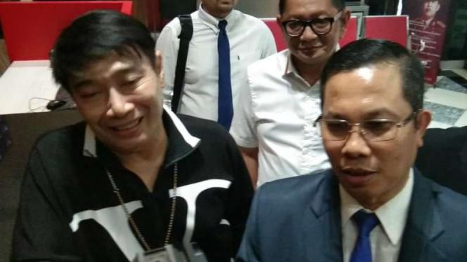 Perancang busana Adjie Notonegoro (kiri) sesaat sebelum diperiksa oleh polisi dalam kasus investasi ilegal Memiles di Markas Polda Jatim, Surabaya, Rabu, 22 Januari 2020.