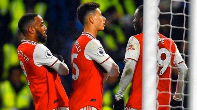 Penyerang Arsenal, Gabriel Martinelli (tengah), melakukan selebrasi