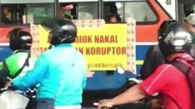 Spanduk aksi unjuk rasa warga Tanjung Priok di Kemenkumham, Kuningan, Jaksel.