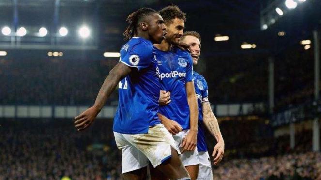 Penyerang Everton, Dominic Calvert-Lewin (tengah), merayakan gol
