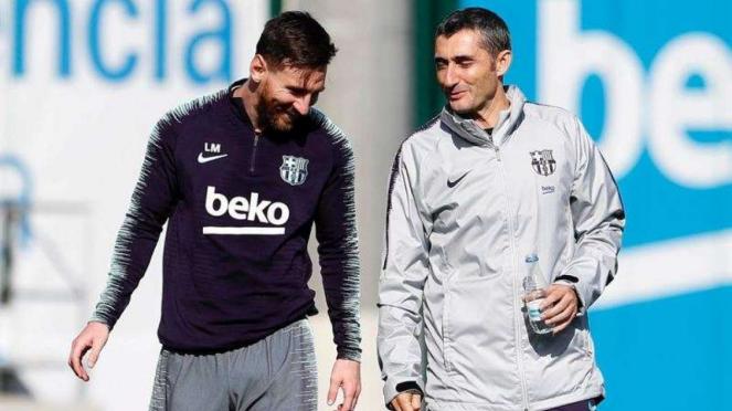 Megabintang Barcelona, Lionel Messi (kiri), bersama Ernesto Valverde