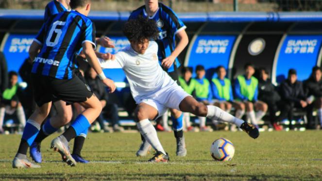 Aksi striker Garuda Select, Bagus Kahfi, saat melawan Inter Milan