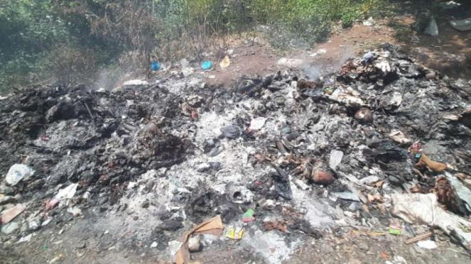 Sampah-sampah yang dibakar di luar TPA Sampah Golo Bilas, Labuan Bajo.