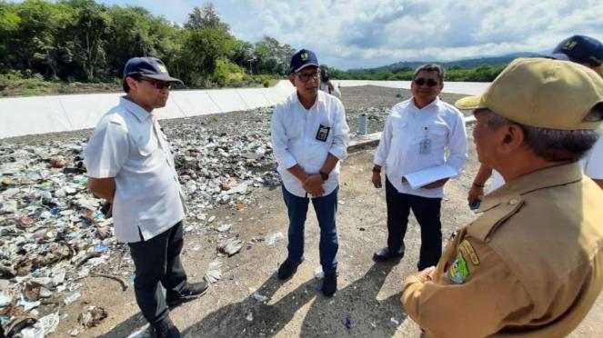 Dirjen Cipta Karya, Danis H. Sumadilaga meninjau TPA Sampah baru di Labuan Bajo.