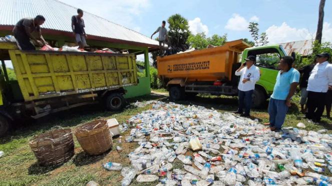 Petugas sedang memilah sampah di Tempat Penampungan Akhir Sampah di Labuan Bajo.