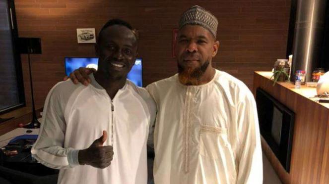 Bintang Liverpool, Sadio Mane, bersama Imam Masjid Green Land