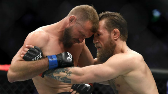 Megabintang UFC, Conor McGregor, saat mencoba melepas clinch Donald Cerrone