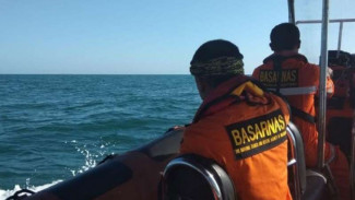 Basarnas mencari korban kapal TKI tenggelam, Jumat, 24 Januari 2020.