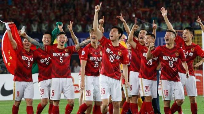 Para pemain Guanzhour Evergrande merayakan kemenangan di Liga Super China.