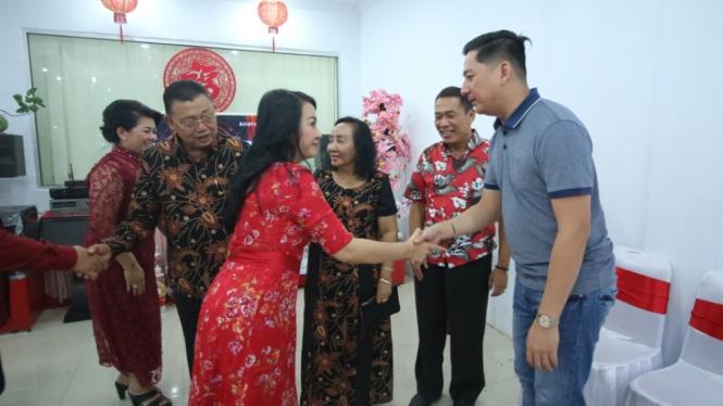Bupati Landak Karolin saat Imlek di rumah warga Tionghoa di Ngabang