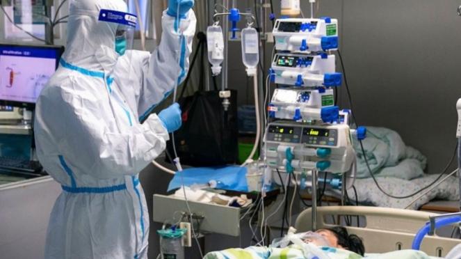Perawat menangani pasien virus corona di China.