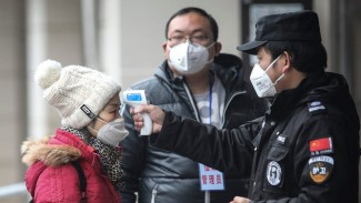 Calon penumpang di scan thermal oleh petugas bandara di China.