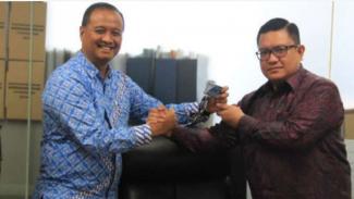 Donny Andy S Saragih menjadi Dirut PT Transportasi Jakarta (kanan)