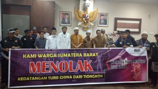 Warga Sumatera Barat menolak kedatangan turis China ke wilayah mereka.