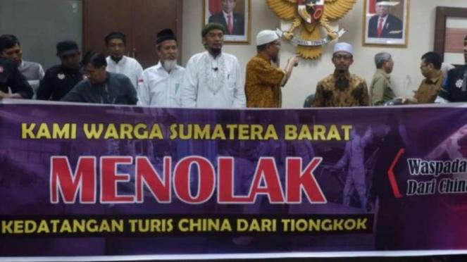 Masyarakat menolak kedatangan turis China di Sumatera Barat.