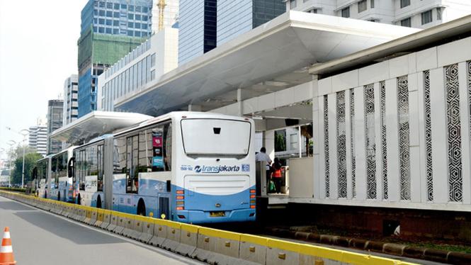 Ilustrasi penumpang naik Transjakarta