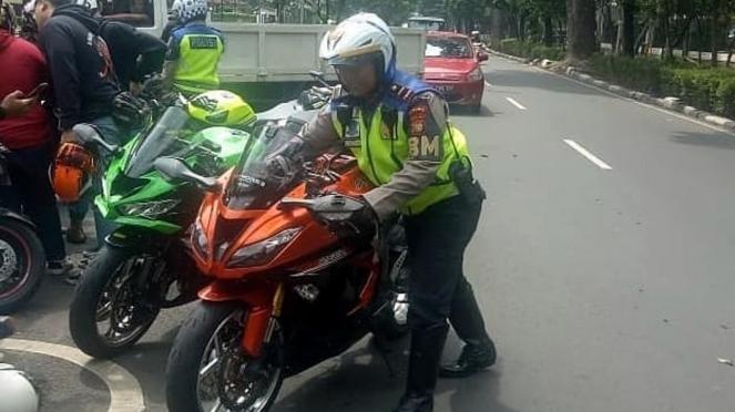 Polisi tilang motor yang memakai knalpot bising