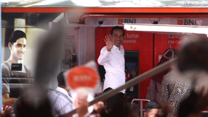 Presiden RI Joko Widodo saat menghadiri acara Penyaluran Program Pemerintah Bansos di Cimahi, Jawa Barat.
