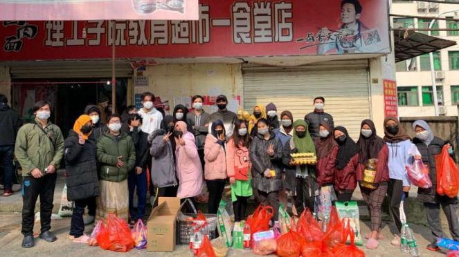 Sejumlah WNI yang akhirnya berbelanja kebutuhan pokok di Kota Wuhan, China.