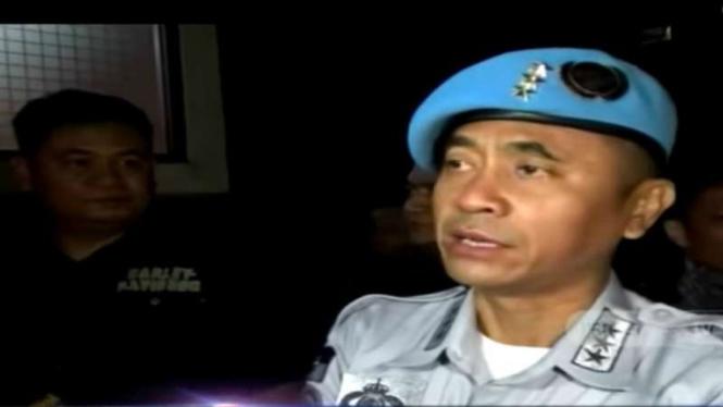 Rangga Sasana, sekretaris jenderal kelompok Sunda Empire, saat tiba di Markas Kepolisian Daerah Jawa Barat, Bandung, setelah dia ditetapkan sebagai tersangka.