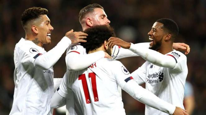 Para pemain Liverpool merayakan gol Mohamed Salah (11)