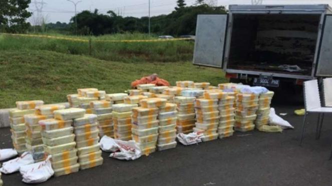 Penampakan ratusan kg sabu yang peredarannya berhasil digagalkan polisi.