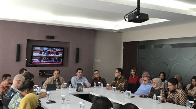 Komisaris Utama tvOne Anindra Ardiansyah Bakrie dan Ketua KPI Agung Suprio.