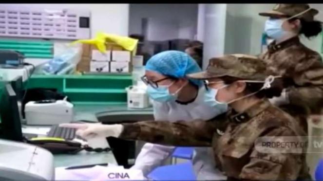 Petugas medis dan aparat militer China bekerja bersama menangani wabah virus corona di kota Wuhan, provinsi Hubei.